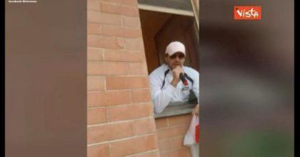 """Metroman canta """"Pazza Inter"""" dalla finestra del bagno VIDEO"""