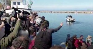 Migranti, abitanti di Lesbo respingono gommone dalla banchina e aggrediscono giornalisti VIDEO