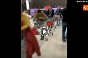 Supermercati Milano: lunghe code col carrello ma niente assalti come a inizio emergenza VIDEO