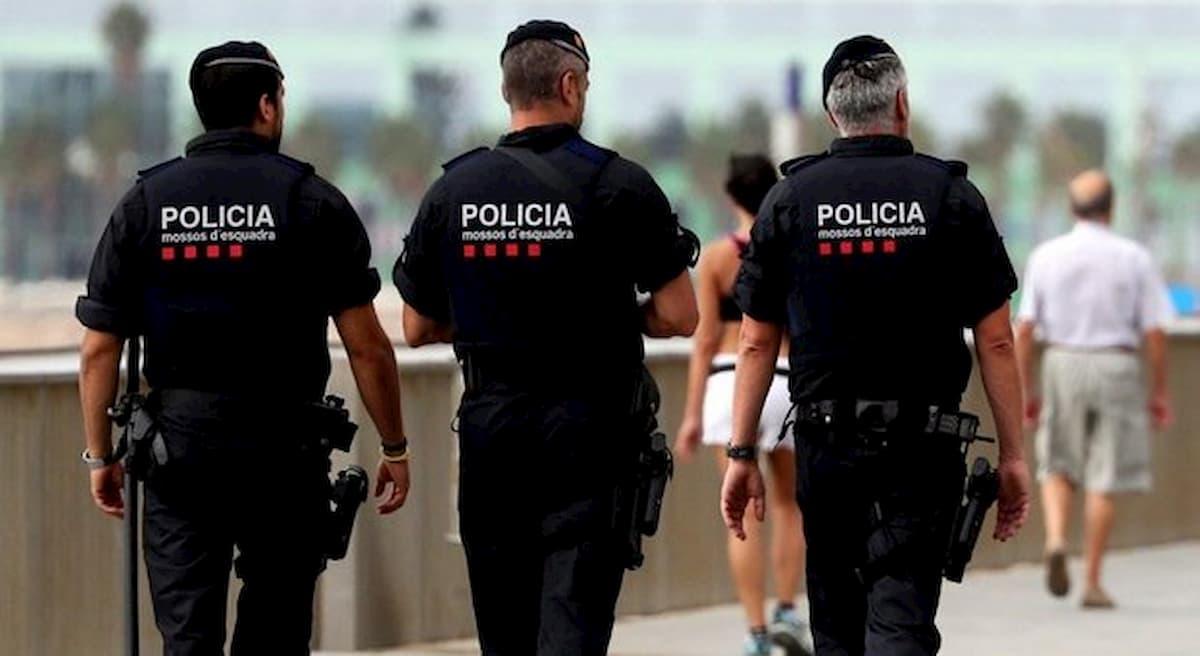 Barcellona, auto contro aeroporto al grido di Allah Akbar: due arresti