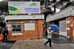 Napoli, troppa fila all'Ospedale Cotugno per fare il tampone: sputa su dottoressa e infermiere. Che vanno in quarantena