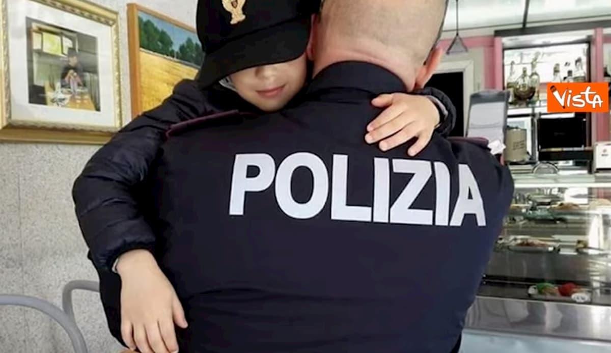 """Coronavirus, la piccola Noemi chiama la Polizia: """"Ringrazio voi e i medici, continuate ad essere meravigliosi"""" VIDEO"""