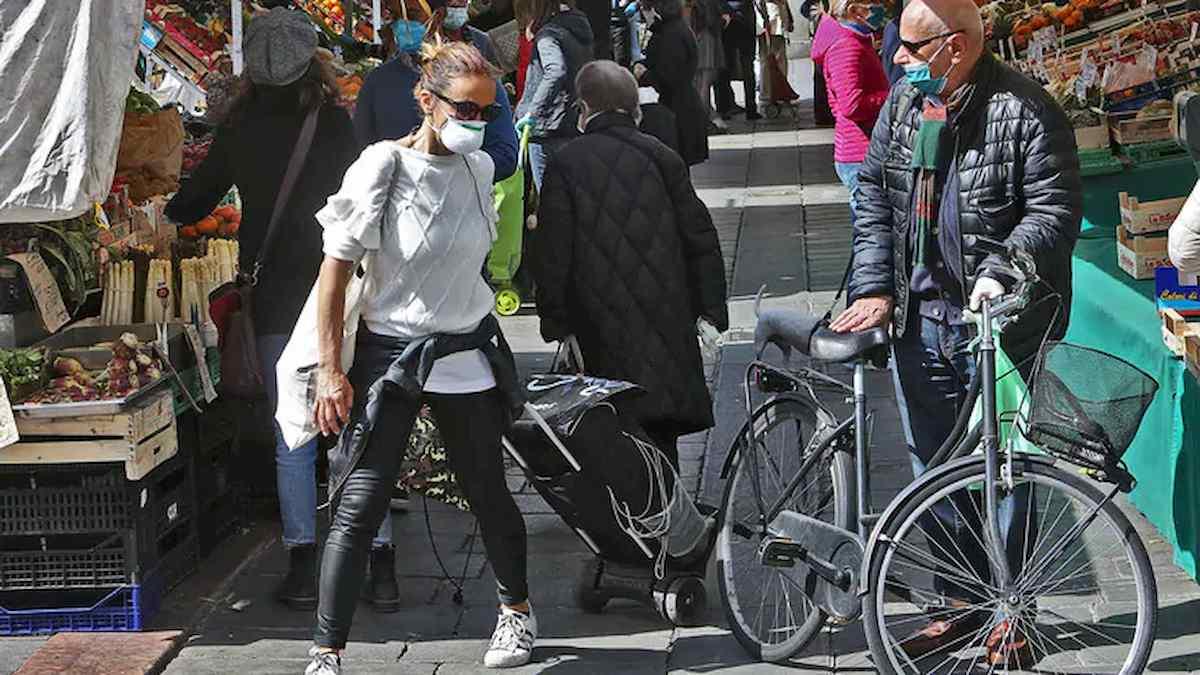Coronavirus, le foto del mercato di Piazza delle Erbe a Padova fanno discutere: Affollato o no?