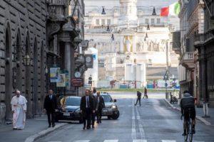 Coronavirus, papa Francesco a piedi per le vie di Roma chiede un miracolo che ponga fine all'epidemia