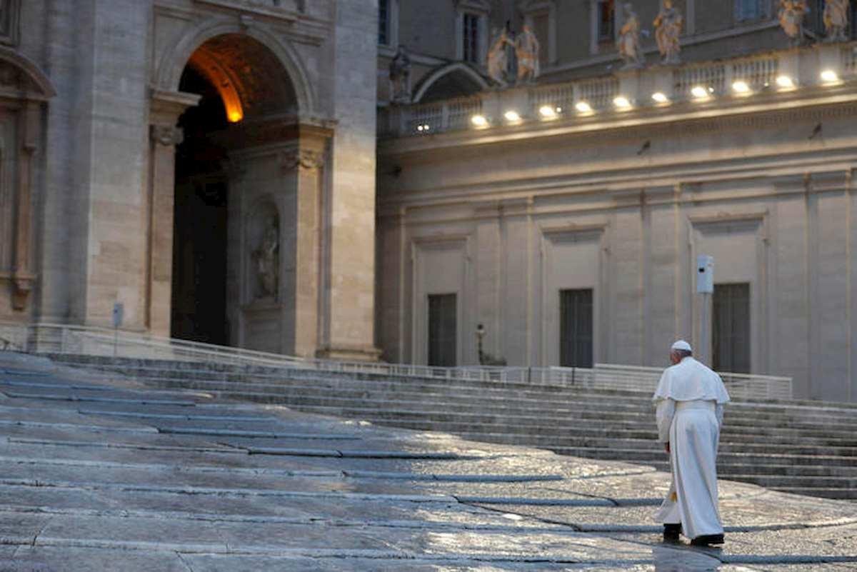 """Papa Francesco prega in Piazza San Pietro deserta: """"Non lasciarci in balia della tempesta"""" 01"""