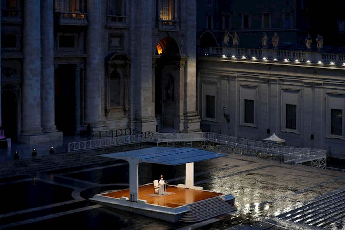 """Papa Francesco prega in Piazza San Pietro deserta: """"Non lasciarci in balia della tempesta"""" 02"""