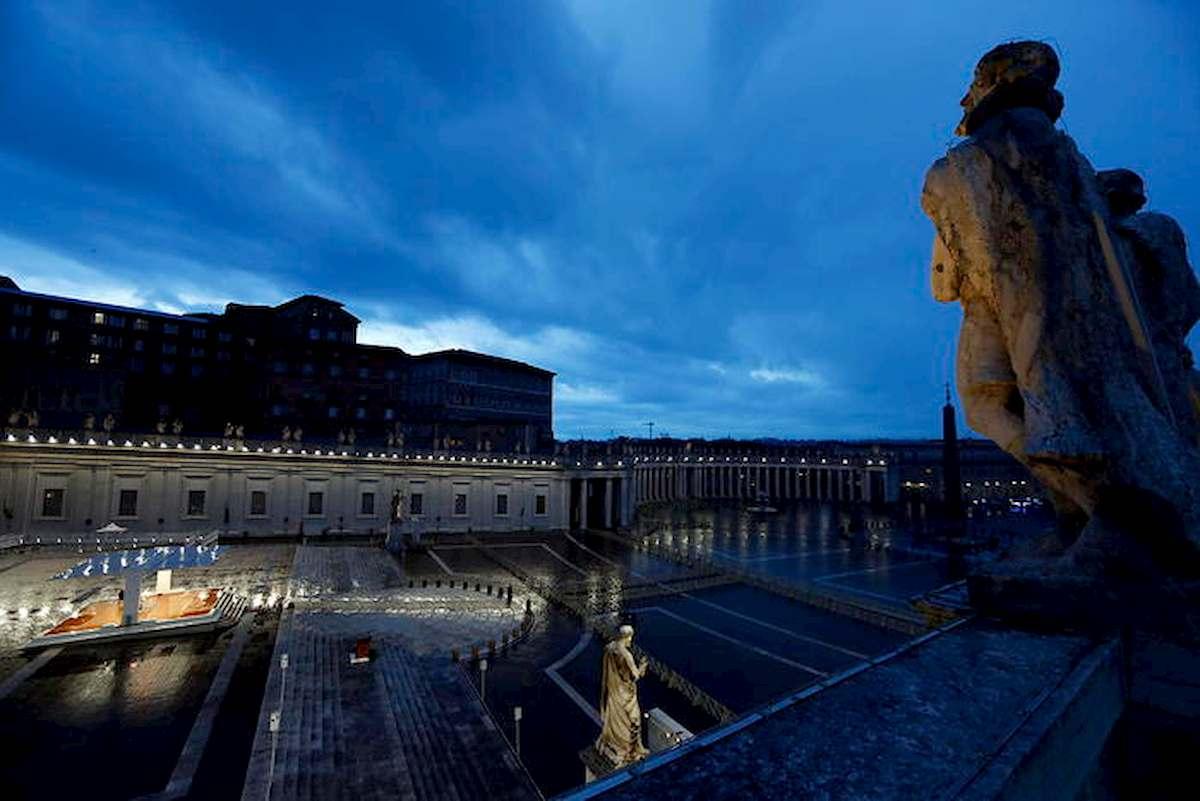 """Papa Francesco prega in Piazza San Pietro deserta: """"Non lasciarci in balia della tempesta"""" 03"""