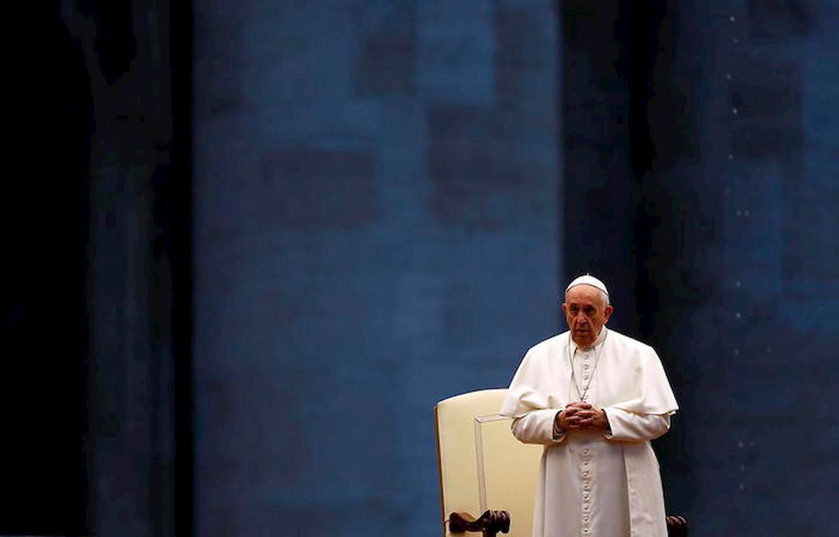 """Papa Francesco prega in Piazza San Pietro deserta: """"Non lasciarci in balia della tempesta"""" 04"""