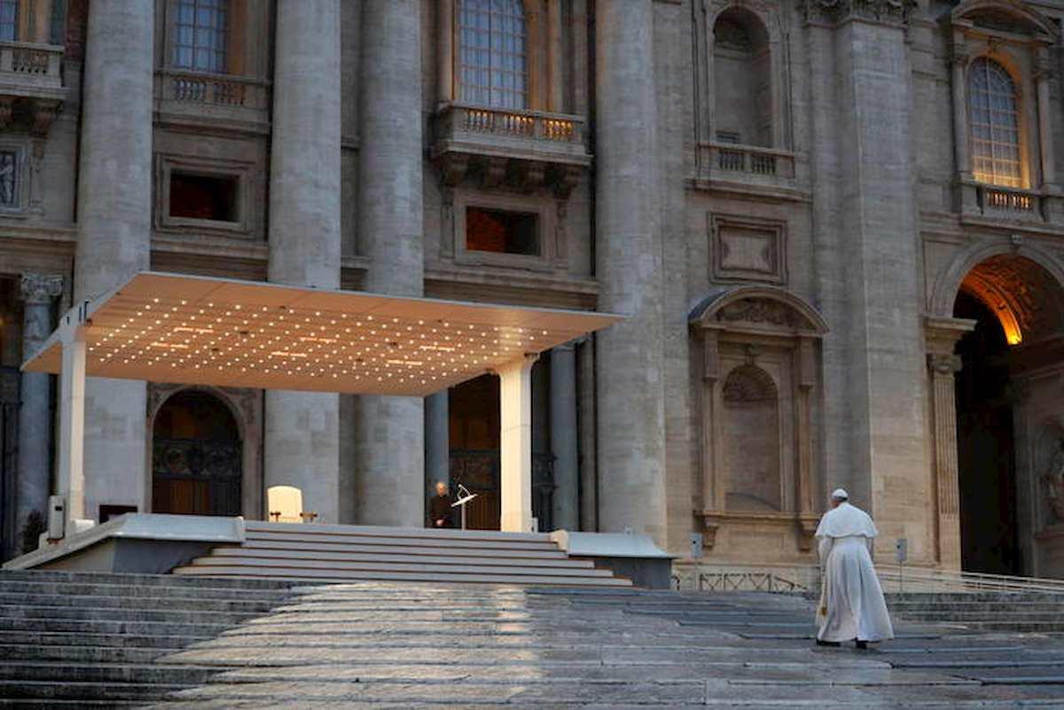 """Papa Francesco prega in Piazza San Pietro deserta: """"Non lasciarci in balia della tempesta"""" 05"""