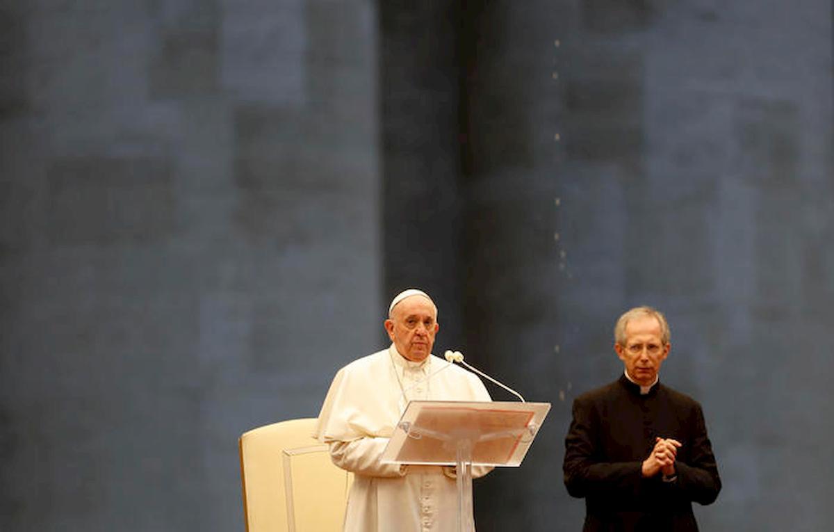 """Papa Francesco prega in Piazza San Pietro deserta: """"Non lasciarci in balia della tempesta"""" 06"""