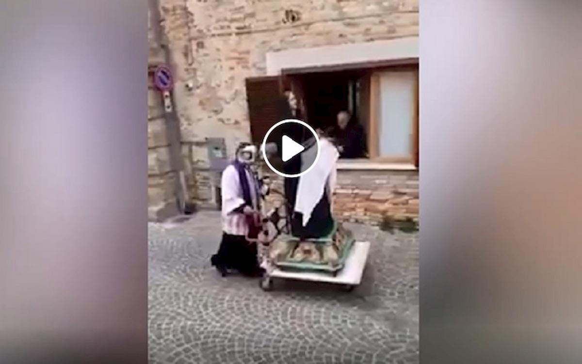Coronavirus vieta le messe: in Abruzzo il parroco porta la statua della Madonna casa per casa