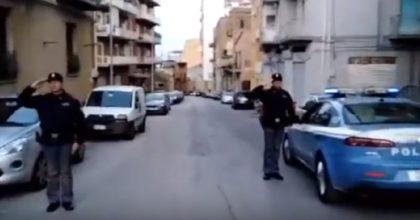 Coronavirus, applausi per la polizia ad Agrigento che si ferma e si mette sull'attenti VIDEO