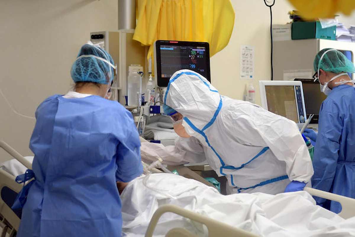"""Coronavirus, l'appello di una infermiera del Sacco: """"Togliete il pin ai cellulari dei vostri cari"""""""