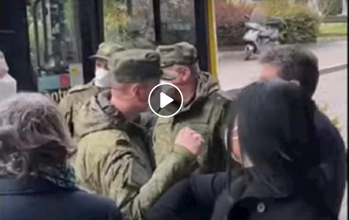 russi salutano con il gomito