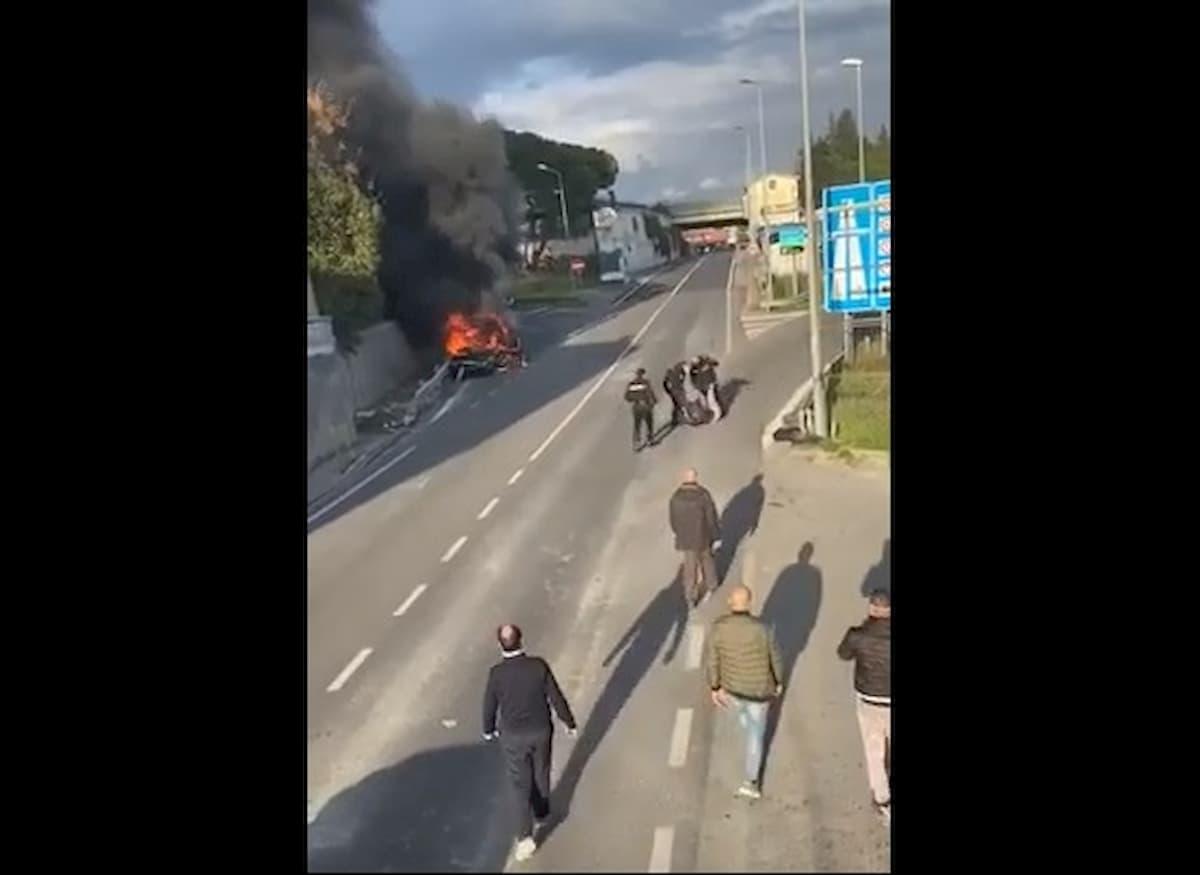 Salerno, fugge al posto di blocco e si schianta: aggredisce carabinieri che lo pestano VIDEO