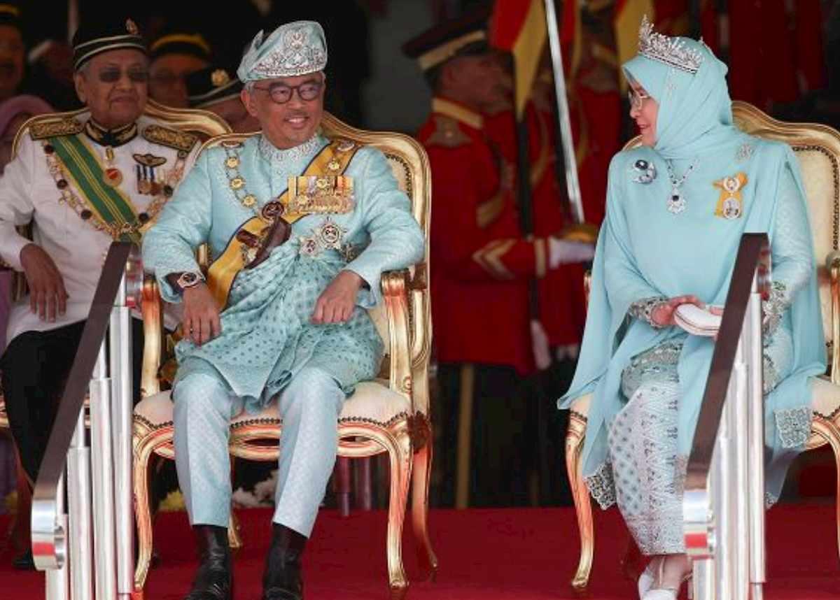 Coronavirus, anche il re e la regina della Malesia in quarantena. Ma primo test è negativo