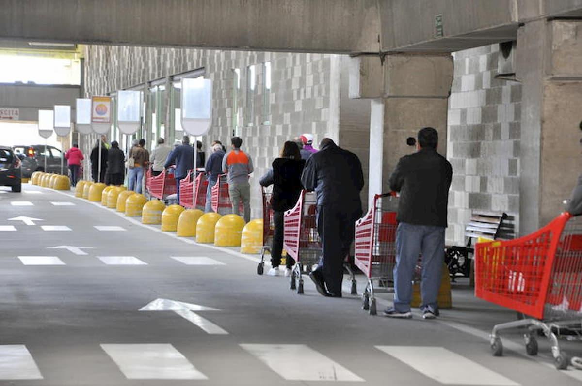Coronavirus, a Milano paura che chiudano i supermercati. Ressa dall'alba