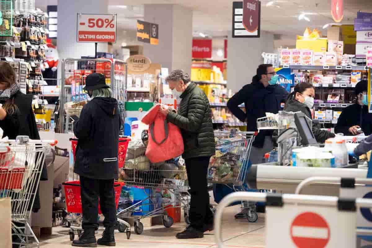 Coronavirus supermercati Lombardia. Più di 65 anni? Entri, anzi no