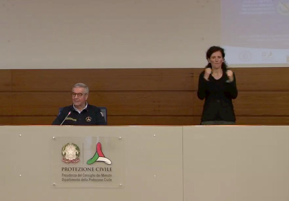Susanna Di Pietra, chi è l'interprete Lis che traduce il bollettino della Protezione Civile per i non udenti