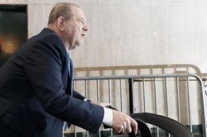 Harvey Weinstein operato al cuore: ora sarà trasferito al carcere di Rikers Island