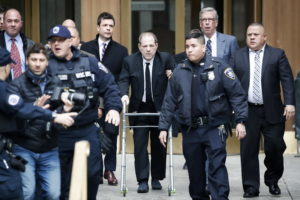 Harvey Weinstein cade e batte la testa in carcere a Riker Island