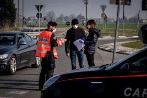 """Coronavirus, due poliziotti positivi a Milano. Il sindacato: """"Tamponi a chi sorpreso in strada"""""""