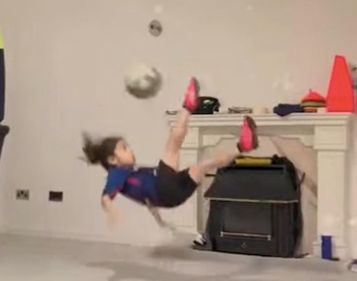 Arat Hosseini, la rovesciata del baby fenomeno che ha incantato Messi VIDEO