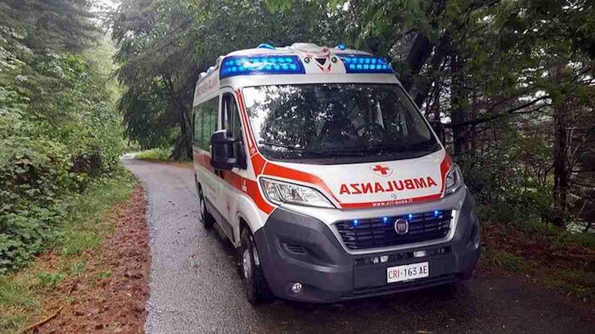 Piacenza, litiga con la fidanzata e sfonda con un calcio la porta di vetro: 28enne muore dissanguato