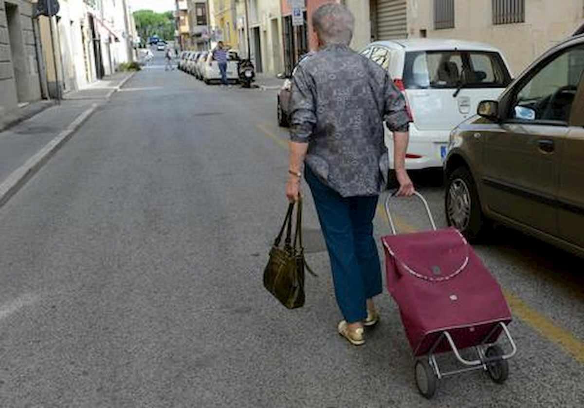 Grado, fa la spesa 11 volte in un giorno: multa di 280 euro a un'anziana