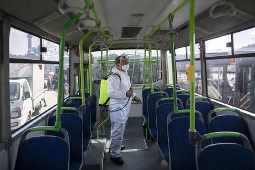 Bus, treni e metro verso la resa: è impossibile rispettare le distanze