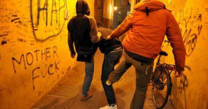 Ravenna, aggrediscono e rapinano volontario che consegnava farmaci. Tre ragazzini arrestati