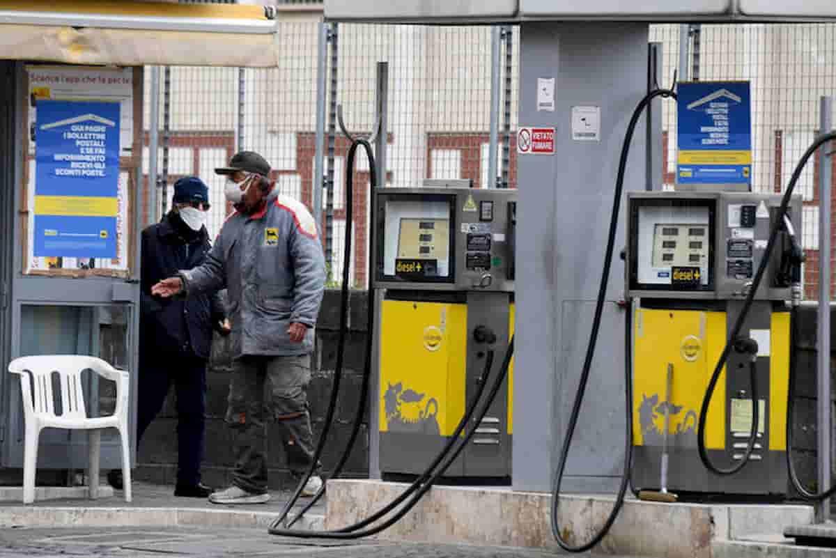 Petrolio, ti pagano per portarlo via. Ma litro benzina sotto 1,20 euro mai andrà