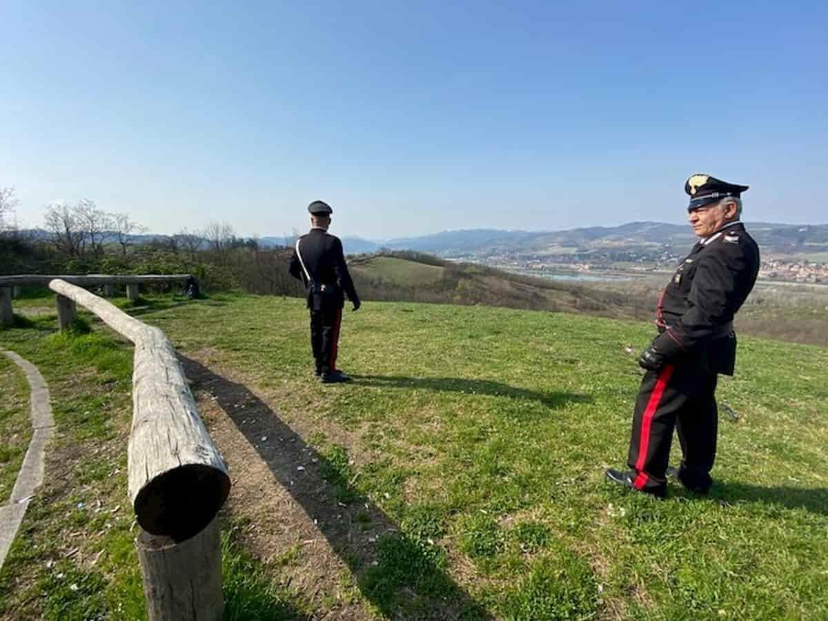 """Sorpresa mentre prende il sole al parco insulta i carabinieri: """"Cornuti fascisti"""""""