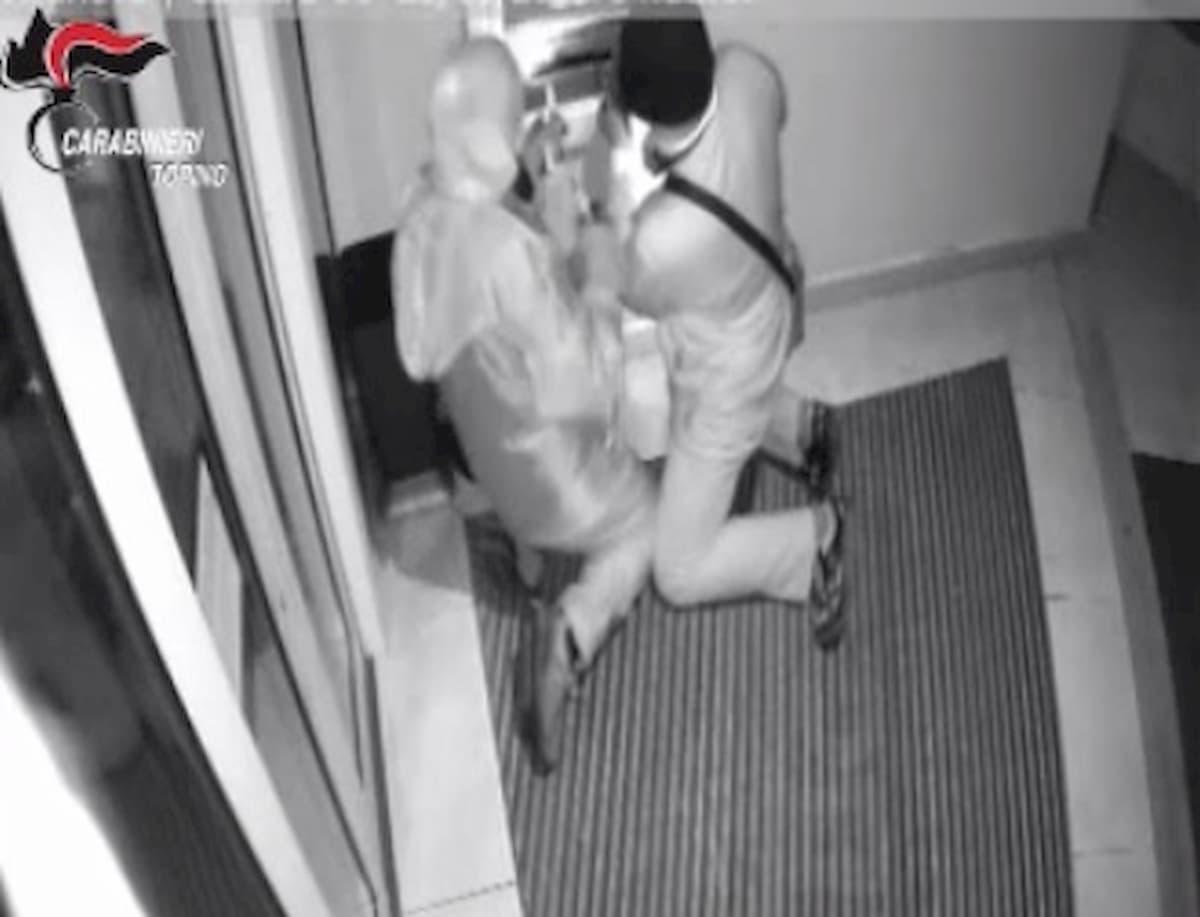 """Torino, presi i """"nonni rapinatori"""": assaltavano i bancomat con la tecnica della marmotta"""