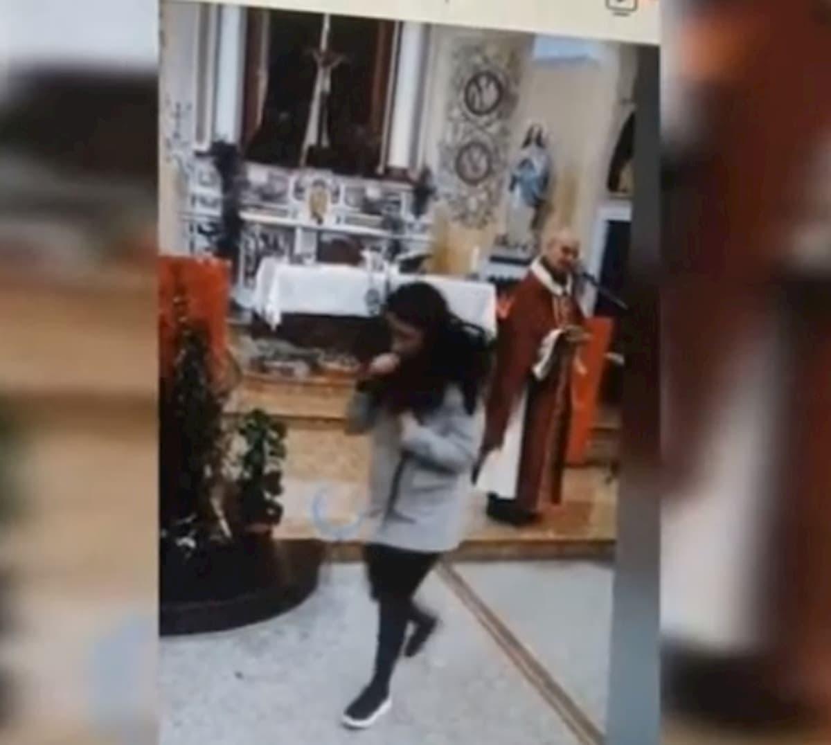 Coronavirus, a Filadelfia chiesa gremita per la messa della domenica delle palme VIDEO