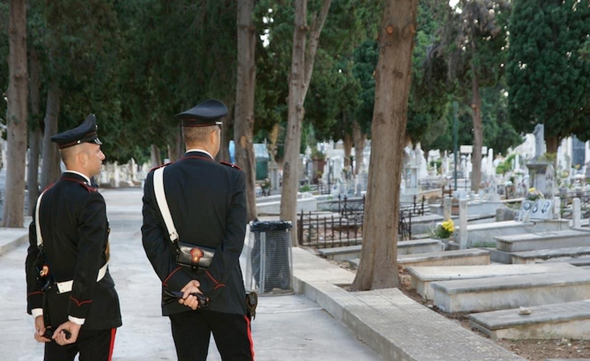 """Rivarossa. """"Mi sento solo"""": tenta il suicidio davanti alla tomba della moglie. Salvato dai carabinieri, ma due colpi partono..."""