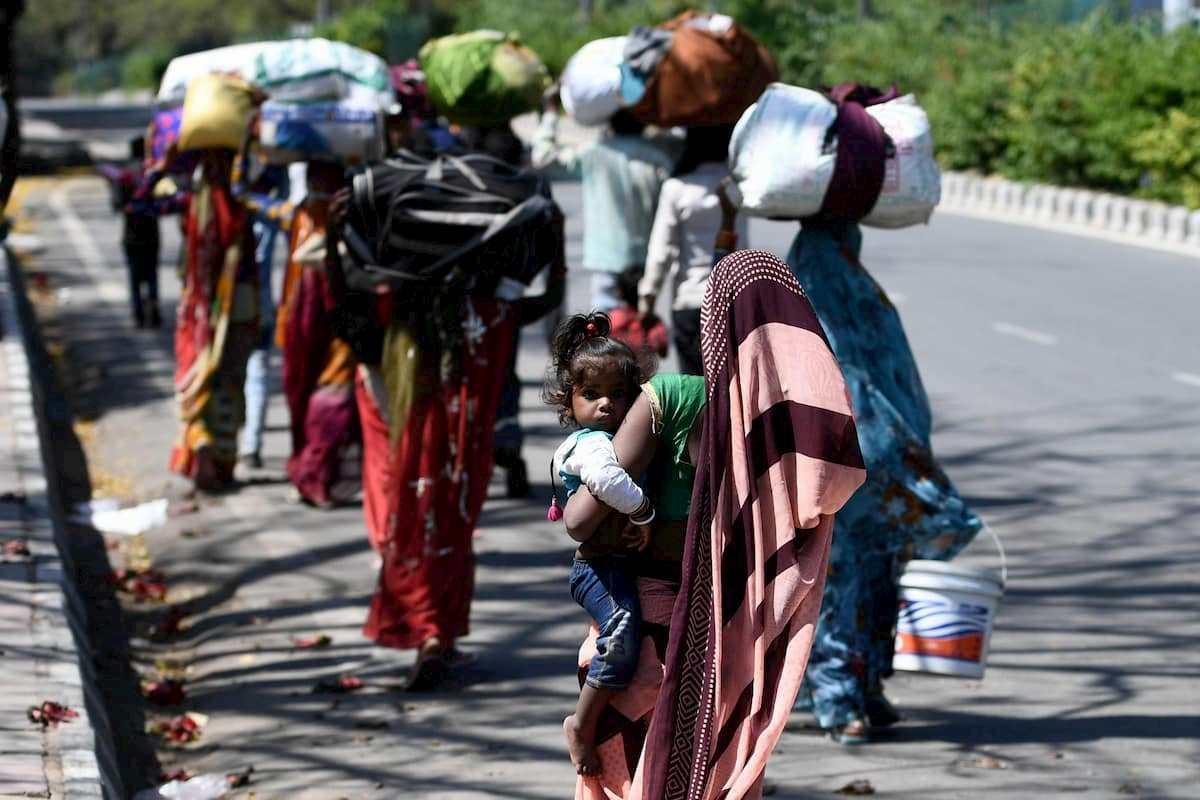 Coronavirus India, a piedi per 300 km per tornare a casa: morta una ragazzina di 12 anni
