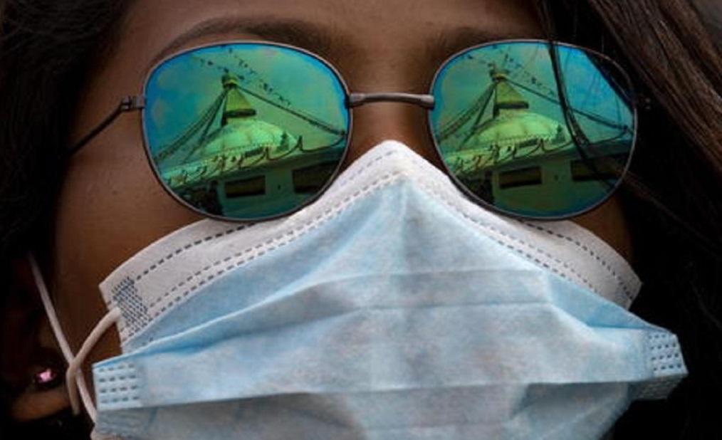 Lombardia, obbligo di mascherine per uscire. Elicotteri in cielo per controllare