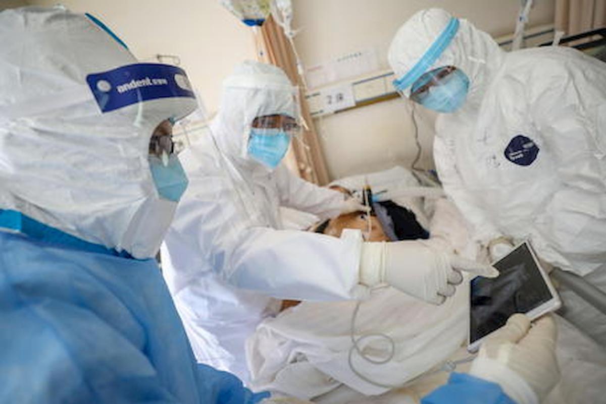 """Coronavirus, in Campania manifesti con la foto di un paziente intubato: """"Io vorrei essere a casa coi miei"""""""
