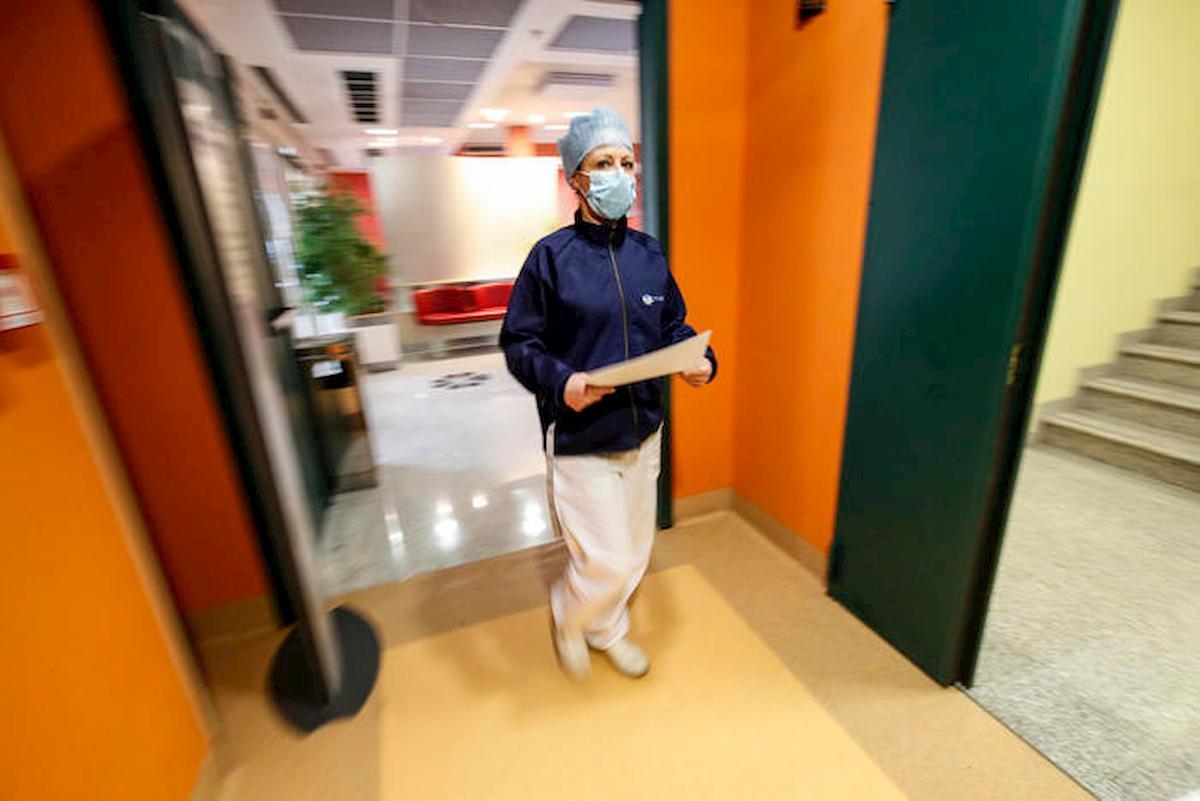 Coronavirus, va a prendere la moglie infermiera a fine turno. Multa da 533 euro, lei resta sola al porto