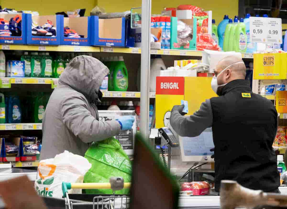 Coronavirus Supermercato Brianza: cliente non si fa misurare la febbre. Ma non poteva essere lì: 500 euro multa e no spesa