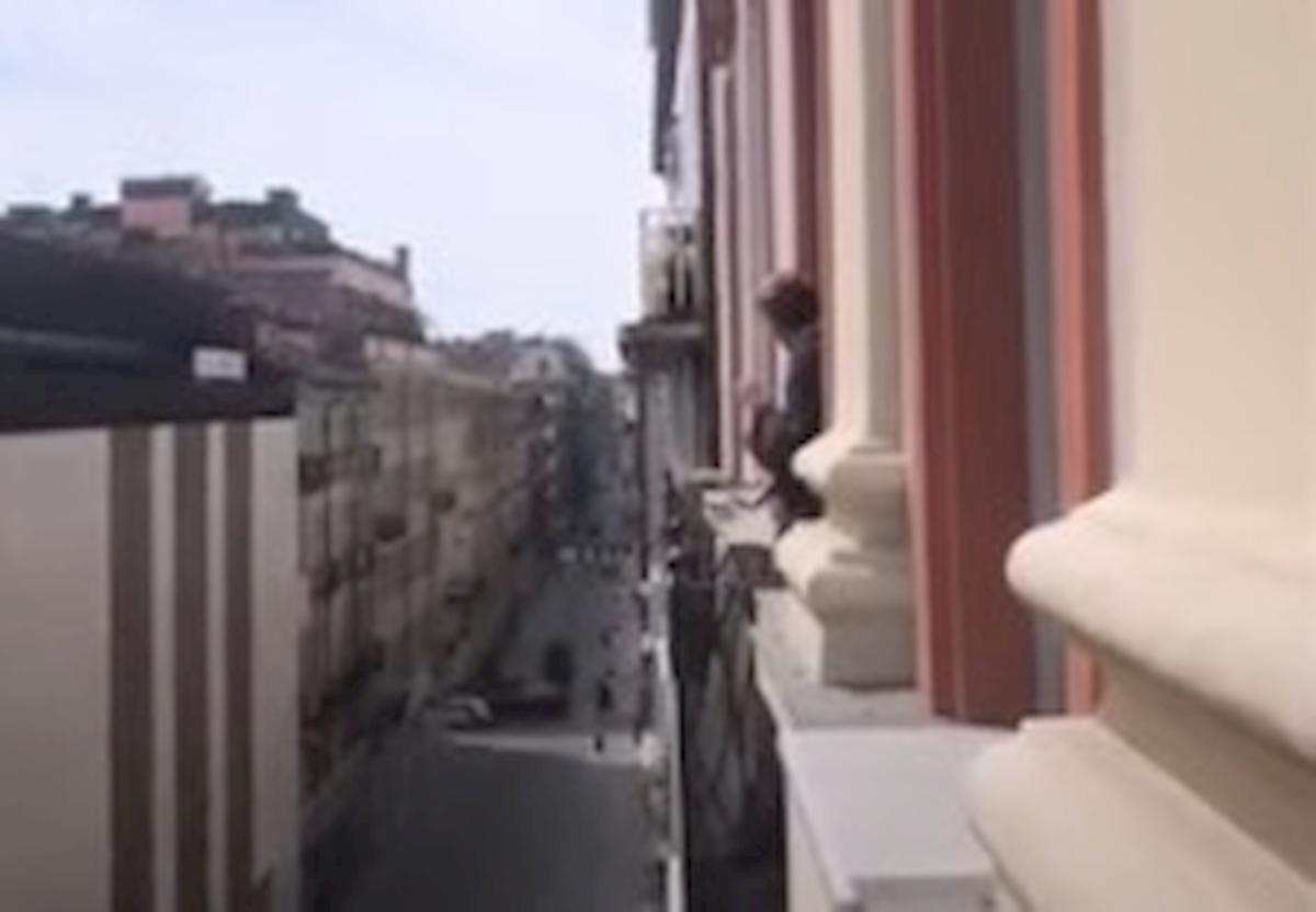 Coronavirus, de Ligt canta Hey Jude in una Torino deserta VIDEO youtube