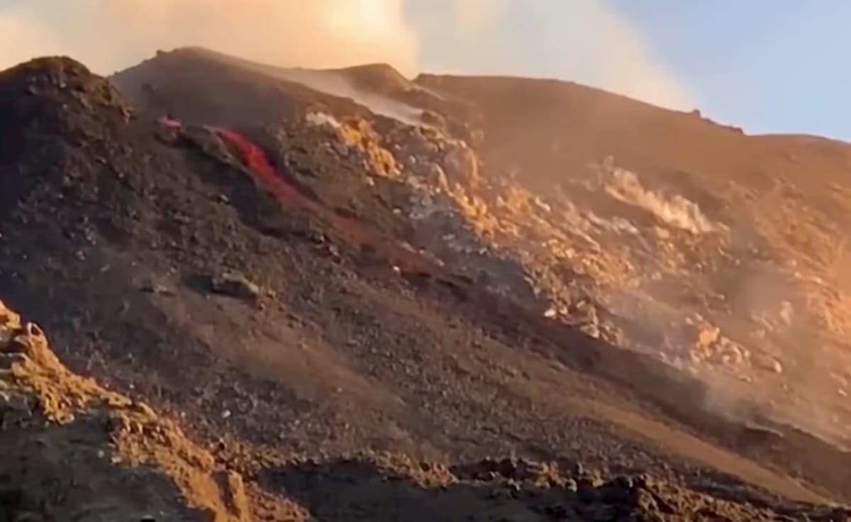 Etna, colata lavica dal nuovo cratere di Sud-Est. Il video