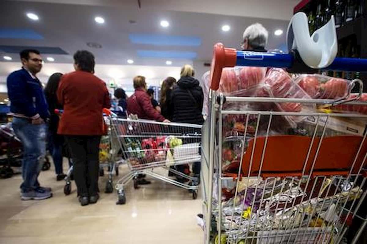 Finge di essere incinta per saltare la fila al supermercato. Aveva un cuscino sotto la maglia