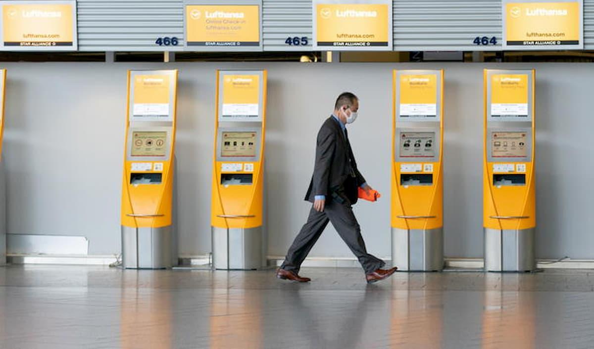 Germania apre i negozi e il contagio rialza la testa. E il virologo che predica prudenza è minacciato di morte