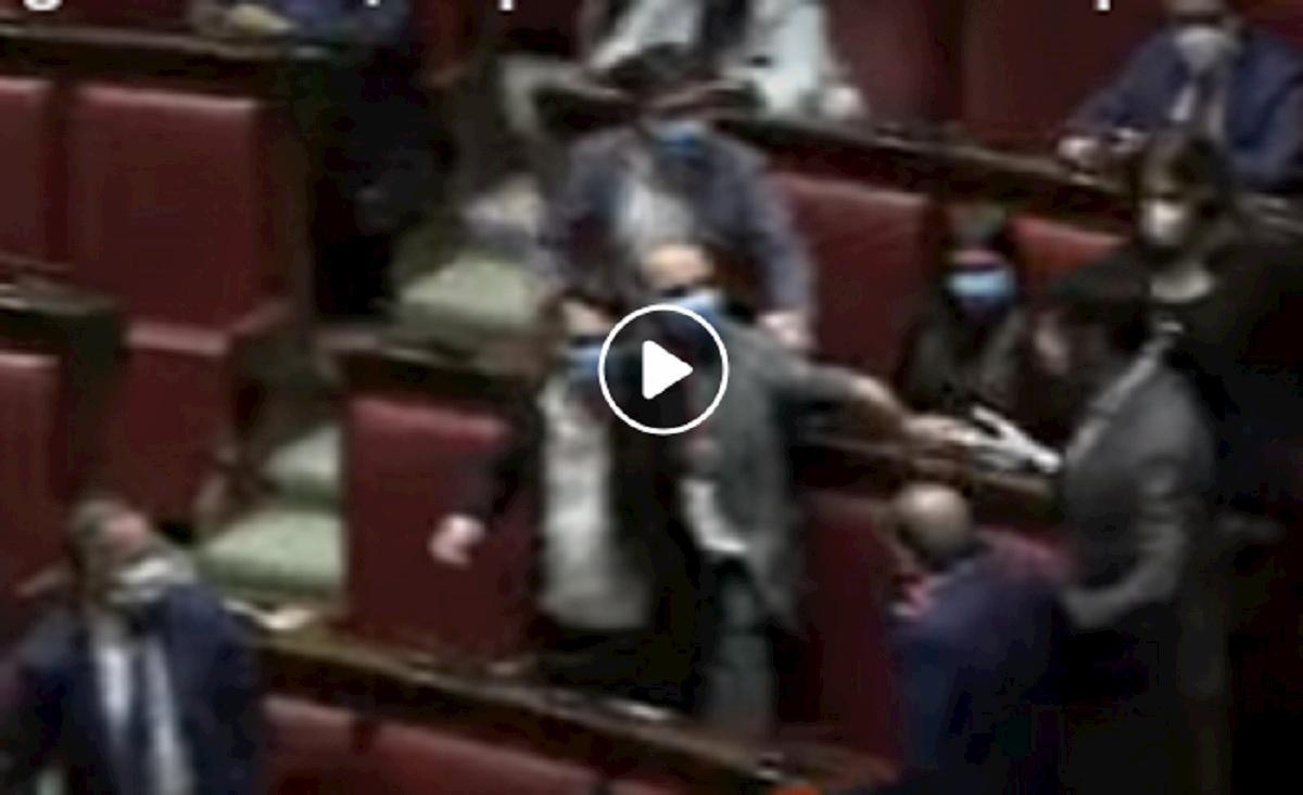 Lega e M5s, scontro alla Camera: finisce quasi in rissa