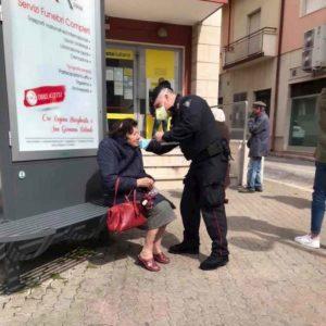 carabiniere regala mascherina foto ansa