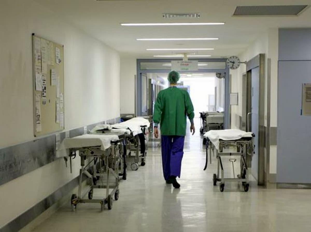 Il padre medico all'ospedale non può andare a trovare i figli a casa della ex moglie