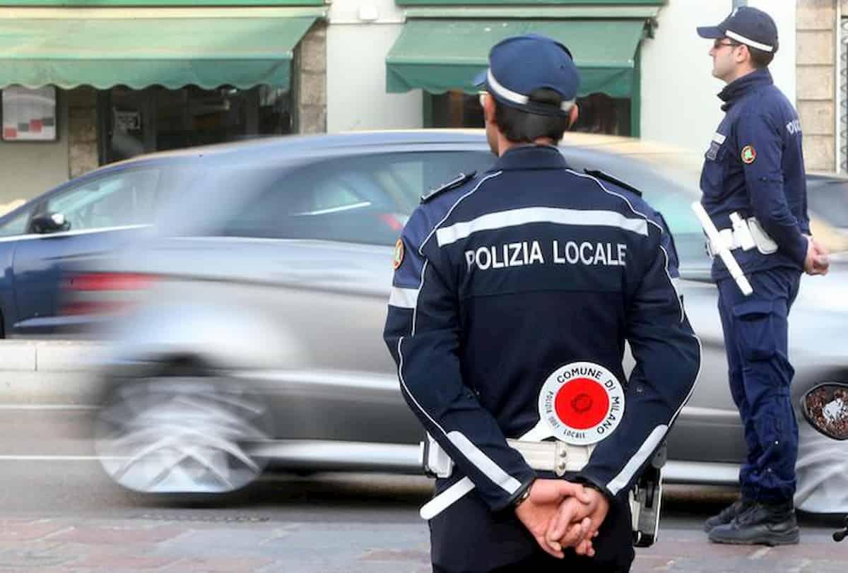 Coronavirus Milano, licenziato minaccia una strage. Agente della Polizia Locale al telefono lo calma e evita il peggio