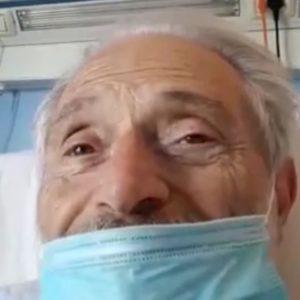 Amedeo Minghi ricoverato, il video con la mascherina dal letto dell'ospedale